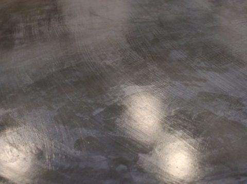 На бетонной поверхности грунтовка образует защитную пленку
