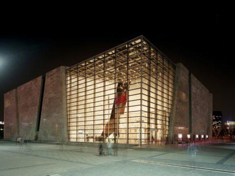 На фото хорошо видно, что панели блоков прозрачного бетона монтируются на металлический каркас стены