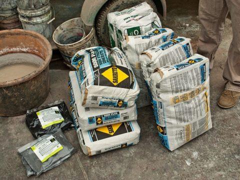 Начало подготовки сырья на замес раствора в бетономешалке