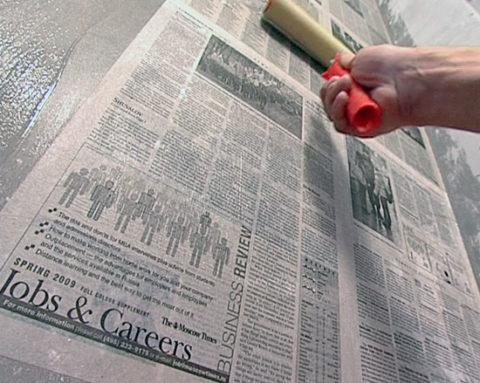 Наклеивание газет на бетонное основание