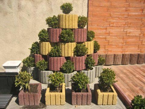 Небольшая вертикальная клумба не займет много места, при этом послужит отличным украшением пустого уголка двора