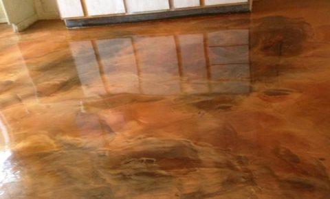 Необычный бетонный лакированный пол с окрашиванием имитацией рисунка природного камня
