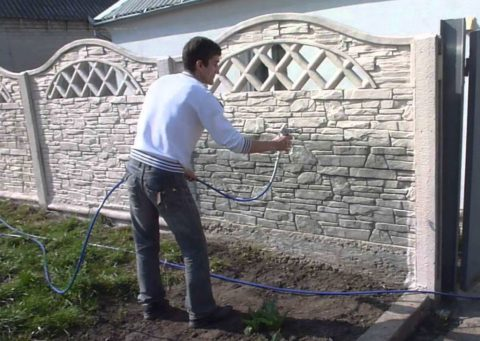 Окраска бетонного забора из пульверизатора
