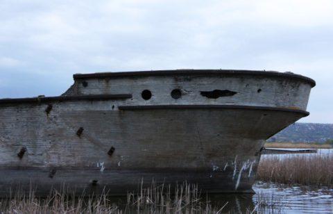 Останки старинного бетонного корабля