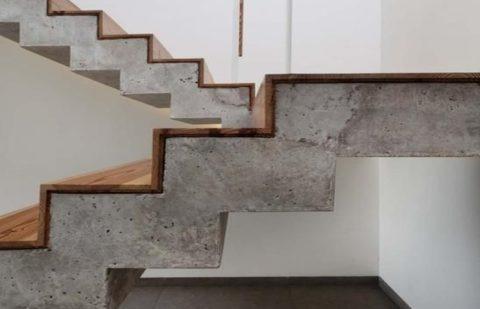 П-образная бетонная лестница с деревянными накладками