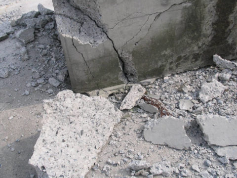 Под действием факторов окружающей среды, бетонные конструкции слабеют и разрушаются