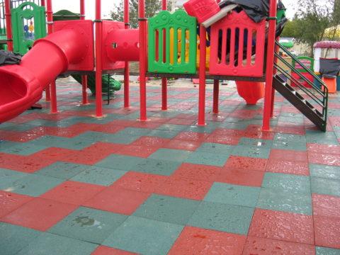 Покрытие плиткой с резиновым наполнением значительно снижает уровень травматизма на детских площадках