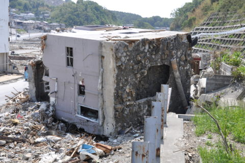 «Потрепан, но не сломан». Обычный японский дом из железобетона после землетрясения 2011 года