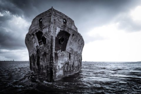 Потрёпанный временем корабль из железобетона