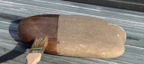 Преображение поверхности простого речного камня после нанесения лака