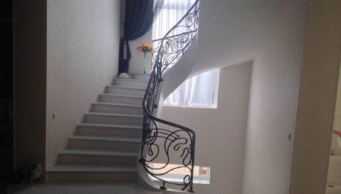 Простое оформление бетонной лестницы
