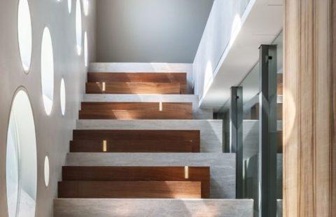 Прямая маршевая лестница с деревянными ступенями