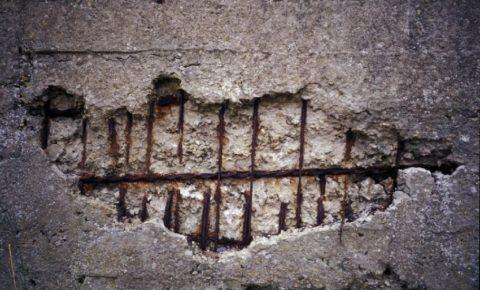 Разрушение плотного бетонного основания в результате внутренней коррозии
