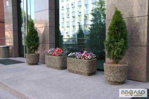 Стационарные бетонные клумбы перед витриной не только украшение, но выполняют и антивандальную функцию