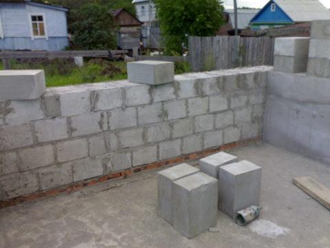Стеновые блоки из пенобетона не очень высокого качества (судя по заделке трещин и отломам)