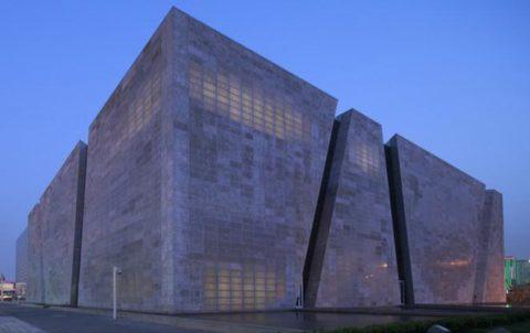 Стены офисного здания выложены из блоков прозрачного бетона
