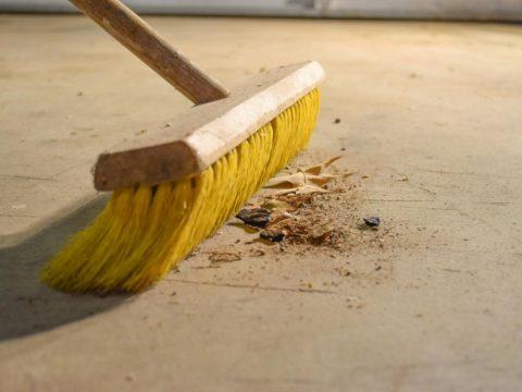 Тщательная уборка бетонного пола