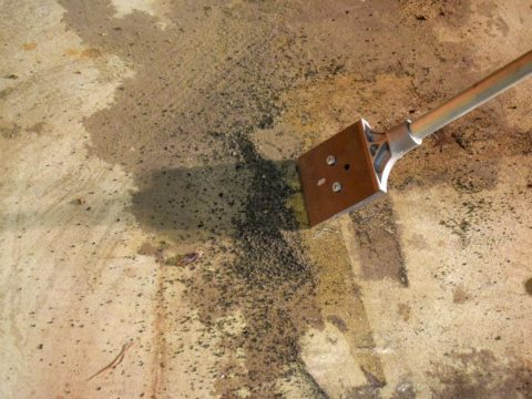 Удаление застарелых жирных пятен с бетонного пола