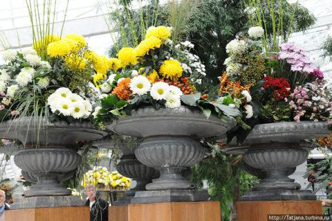 Украшение лестничных перил – бетонные вазы с цветами