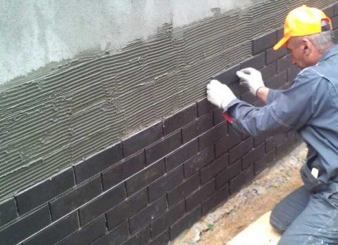 Устройство бетонной облицовки фасада здания бетонной плиткой на цементный раствор