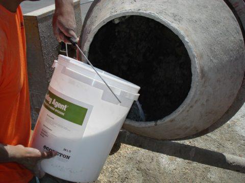 Заливаем воду в бетоносмеситель