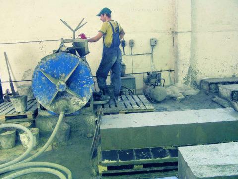 Замешивание смеси в бетоносмесителе