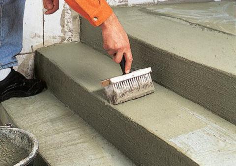 Защитную грунтовку по бетону можно наносить при помощи широкой кисти