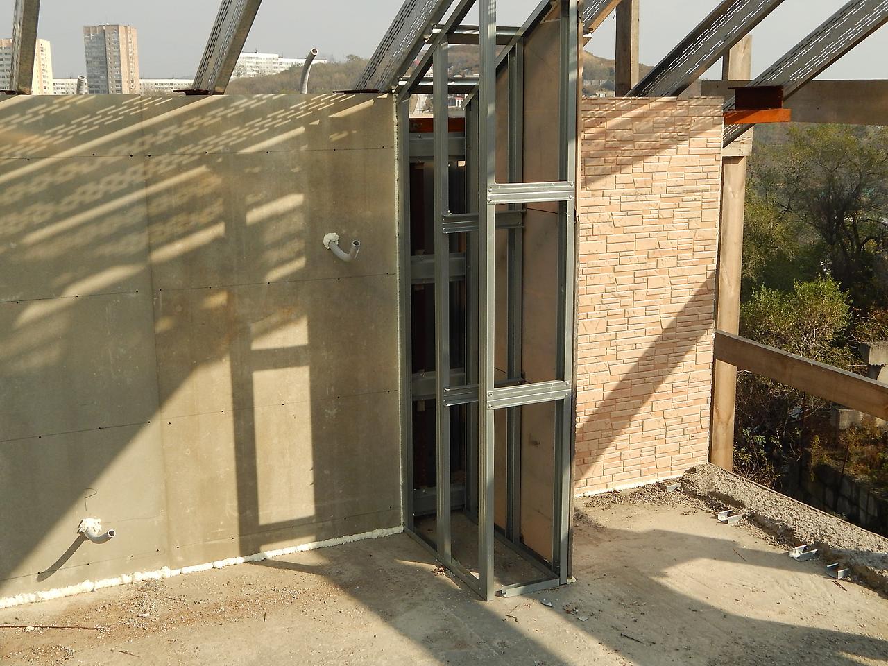 Строим из монолитного пенобетона дом уже частично с внутренней отделкой, но еще на этапе возведения стен