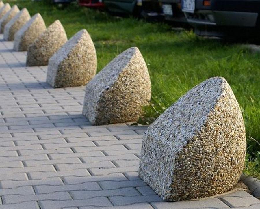 Тумбы из бетона используются для ограничения пешеходных и проезжих зон или газонов