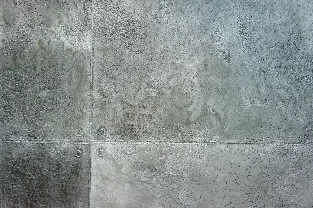 Минеральная штукатурка под бетон дает возможность получить качественную поверхность с необходимыми «изъянами»