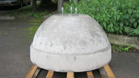 Анкера на верхней части бетонной подставки позволяют усилить устойчивость конструкции