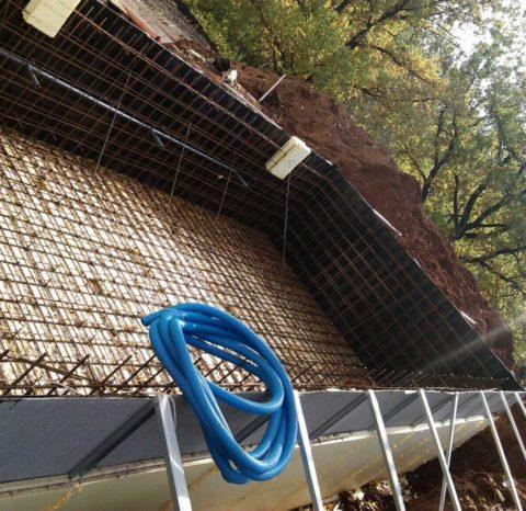 Армирование стенок и монтаж труб для подачи воды