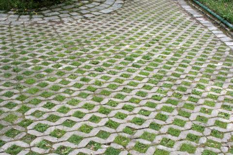 Бетонная решетка может быть использована при устройстве тротуара, велосипедной дорожки или обычного газона возле дома