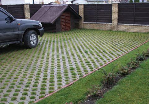 Бетонная решетка позволит устроить прочное покрытие, при этом сохранив газон