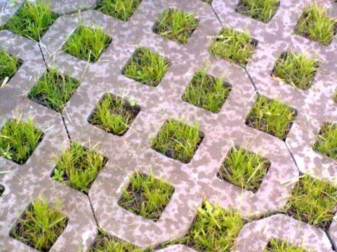 Даже в дождливую погоду на поверхности такой площадки вода не скапливается