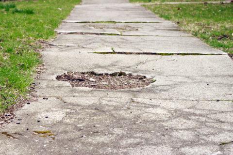 Дорожка, требующая ремонта