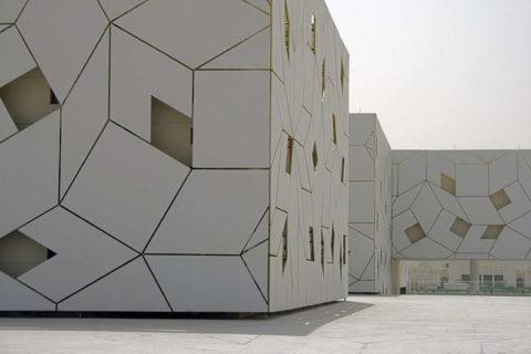 Фасадные панели из стеклофибробетона позволяют выполнять архитектурные решения в различных стилях