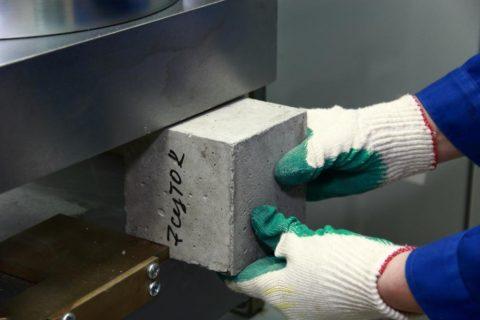 Испытание бетонного образца на сжатие