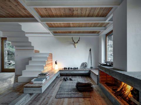 Камины бетонные, собранные из блоков, гармонично сочетаются с натуральной древесиной в интерьере