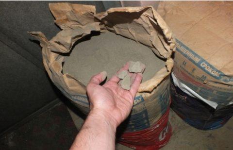 Комки в цементе – верный признак его плохого качества, а значит, он подойдет максимум для кладочного раствора