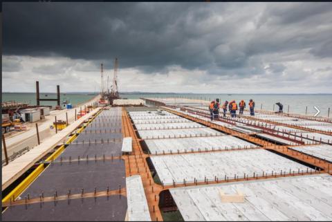 Монтаж плит СФБ на Керченском мосту