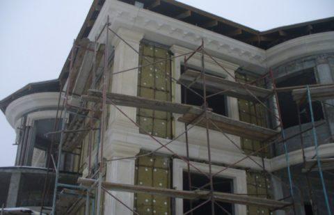 На фото система навесного фасада монтируется из СФБ панелей с декоративными элементами
