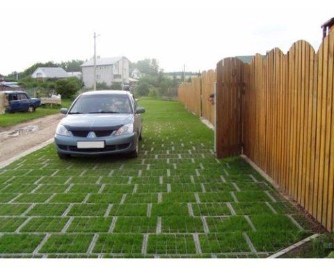 На фото зона парковки выложена модулями с квадратной формой ячеек