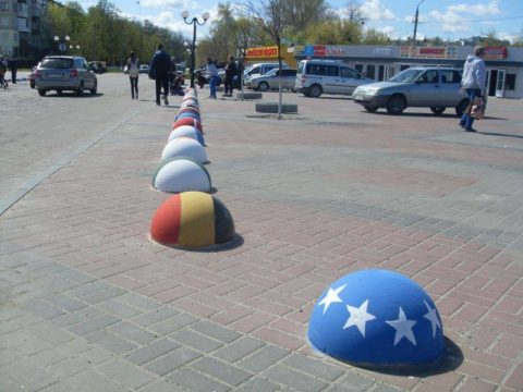 Неординарный подход к оформлению бетонной сферы, может превратить ограничитель парковки в интересный элемент ландшафтного дизайна