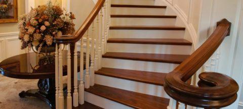 Отделка натуральным деревом украсит любую бетонную лестницу