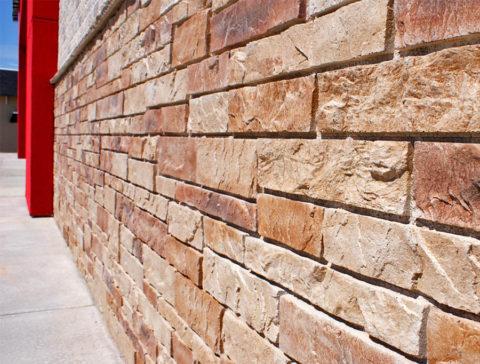 При облицовке небольших участков здания, например, цоколя, панели можно закрепить на клей