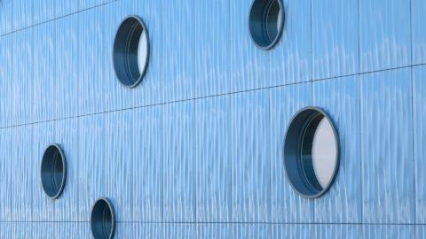 Прочные и долговечные панели из стеклофибробетона помогут реализовать самые интересные архитектурные решения в отделке фасадов