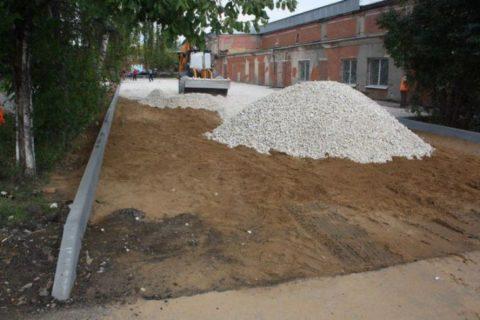 Производится песчано-гравийная отсыпка и утрамбовка подушки