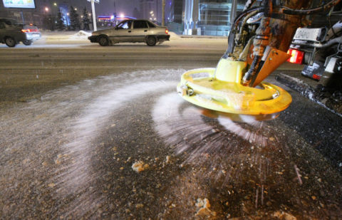 Разбрасывание соли ведет к ускоренному разрушению асфальта