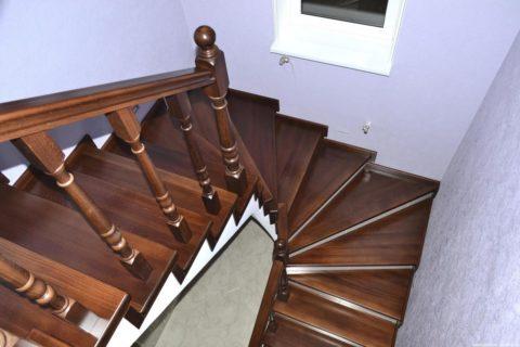 Разворот лестницы выполнен с устройством забежных ступеней